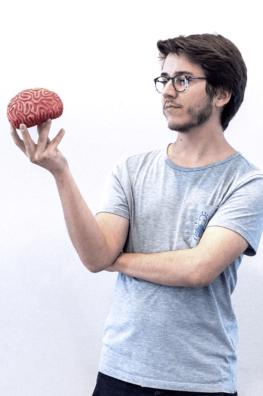 Gonzalo tient un cerveau dans ses mains